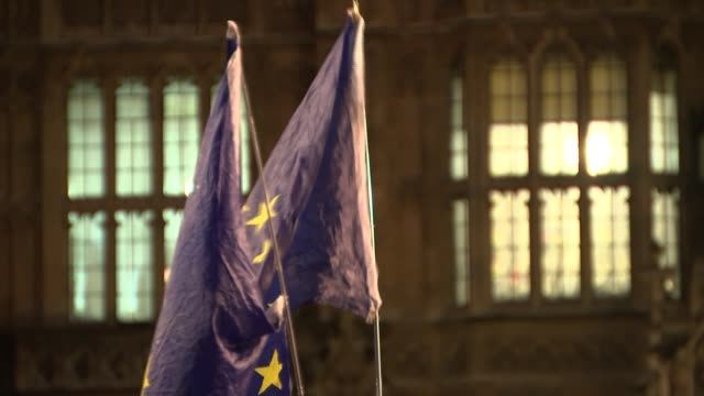 vídeos y material grabado en eventos de stock de pro-eu protest outside houses of parliament; england: london: westminster: ext / night low angle view of streetlamp in front of victoria tower /... - torre victoria