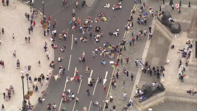 vídeos de stock e filmes b-roll de protests against prorogation of parliament: aerials; england: london: westminster: air views / aerials various of people at protest against the... - patio