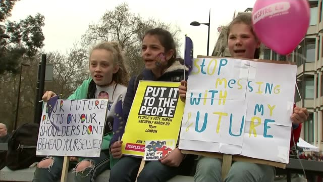vidéos et rushes de put it to the people march: organisers say more than a million join demonstration; england: london: various shots people at anti-brexit rally placard... - montrer