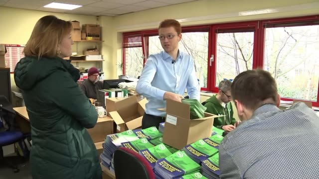 remain voters in scotland could be drawn into the proindependence camp scotland int various of people unpacking leaflets calling for an independent... - スコットランド スターリング点の映像素材/bロール
