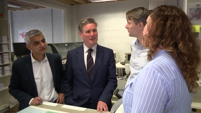 stockvideo's en b-roll-footage met starmer and khan visit label company my nametags / starmer and khan interviews england london wandsworth ext sir keir starmer mp and sadiq khan... - wandsworth