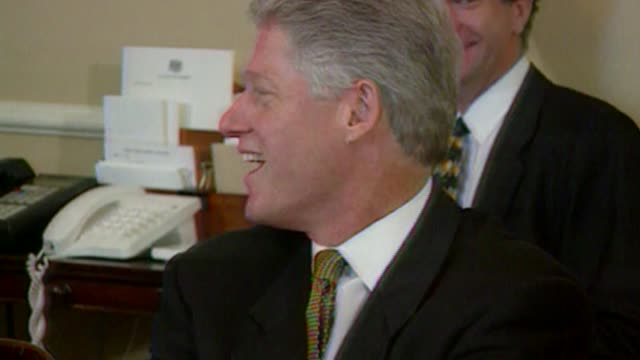 vídeos de stock, filmes e b-roll de suggestions for trade deal with the us t29059701 / tx england london int bill clinton taking seat next to tony blair mp with jonathan powell sitting... - bill clinton
