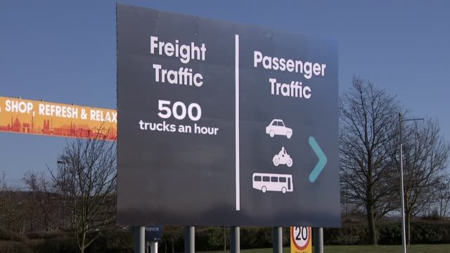 supermarket chains and eurotunnel warn about effects of no-deal; england: kent: folkestone: general view 'all vehicles' sign near eurotunnel entrance... - eurotunnel folkestone stock-videos und b-roll-filmmaterial