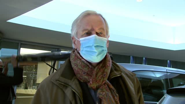 stockvideo's en b-roll-footage met talks in brussels aimed at reaching a post-brexit deal continue; england: london: ext michel barnier departing hotel, taking bags from car michel... - politics