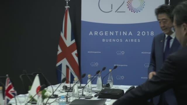 theresa may attends g20 summit / universities minister sam gyimah resigns argentina buenos aires theresa may shaking hands with shinzo abe philip... - フィリップ ハモンド点の映像素材/bロール