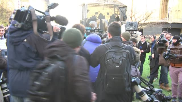 theresa may awaits result of no confidence vote england london westminster college green ext scrum of press and media on college green tv camera... - スクラム点の映像素材/bロール