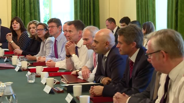 vídeos y material grabado en eventos de stock de theresa may chairs cabinet meeting; england: london: downing street: int: theresa may mp and ministers sitting around table at cabinet meeting -... - greg james