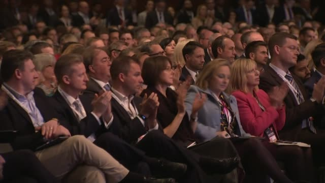 theresa may defends her brexit deal to business leaders england london north greenwich int theresa may mp ending speech at the annual conference of... - オーウェン・パターソン点の映像素材/bロール