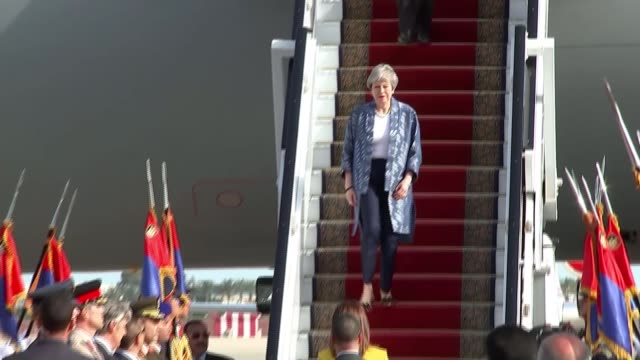 theresa may delays meaningful brexit vote egypt ext theresa may mp leaving plane and along down steps may meeting army officer and along wide shot of... - voce video stock e b–roll