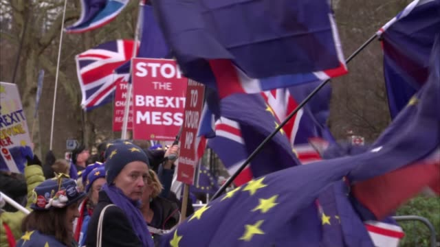stockvideo's en b-roll-footage met theresa may delays parliament's vote on her brexit deal; uk, london, westminster; various shots of pro-brexit and anti-brexit protesters outside... - brexit