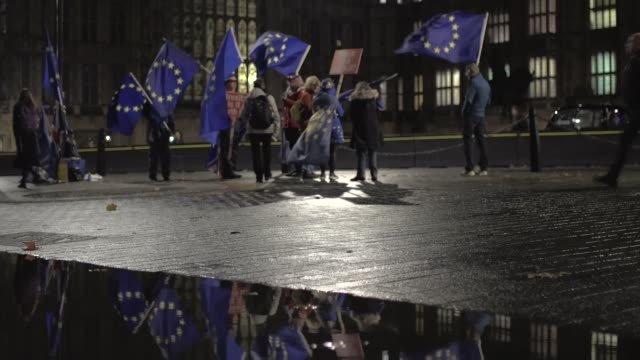 theresa may insists she will not sign deal 'at any cost' as chances of november brussels summit recede uk london proeuropean union protesters outside... - victoria tower stock-videos und b-roll-filmmaterial