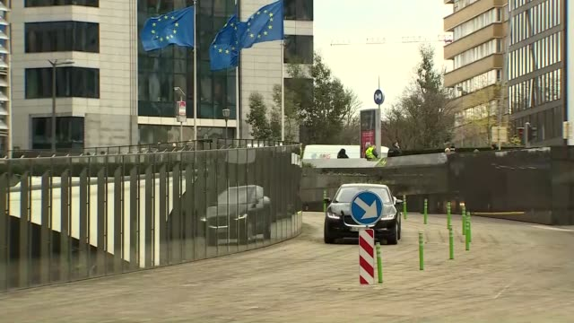 stockvideo's en b-roll-footage met tim barrow arrives at european commission belgium brussels berlaymont building european commission ext car arriving tim barrow departing car and into... - politics
