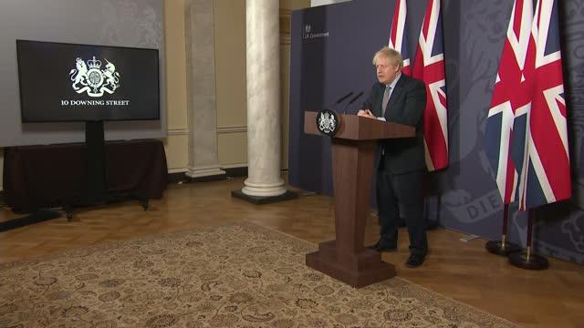 stockvideo's en b-roll-footage met and eu agree post-brexit trade deal; england: london: 10 downing street: int cutaway of boris johnson at podium during press conference boris johnson... - politics