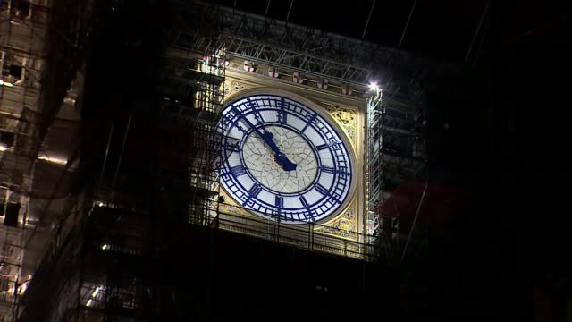 departure from the eu delayed: big ben at 11 pm; england: london: westminster: ext / night big ben nearing 11pm, the time the uk was meant to leave... - big ben stock-videos und b-roll-filmmaterial