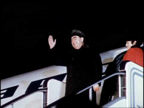 vídeos de stock e filmes b-roll de brezhnev boarding plane and taking off from airport in soviet union for a visit to cuba - leonid brezhnev