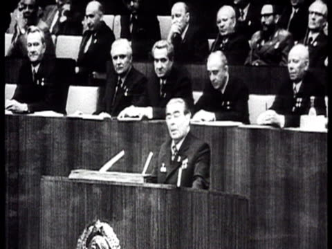 vídeos de stock e filmes b-roll de brezhnev during massive meeting in kremlin palace of congress addresses the audience from the tribune applause / moscow russia audio - leonid brezhnev