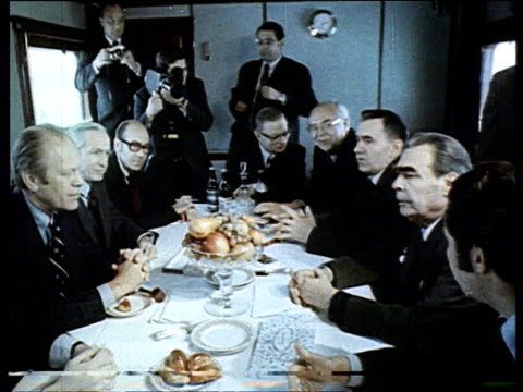 vídeos de stock e filmes b-roll de brezhnev meeting president ford in a train wagon henry kissinger gromyko vladivostok summit meeting president ford secretary of state henry kissinger... - leonid brezhnev