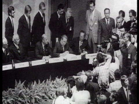 vídeos y material grabado en eventos de stock de brezhnev signing some document and delegates applauding / moscow russia audio - leonid brezhnev