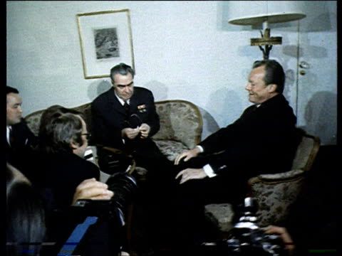 vídeos de stock, filmes e b-roll de brezhnev w/ willy brandt . - 1973