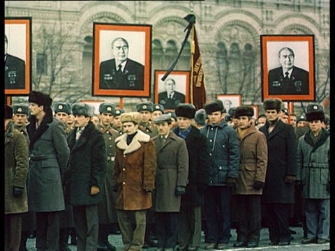 vídeos de stock e filmes b-roll de brezhnev's burial ceremony in mortuary chapel people mourning in street coffin carried on army tank for procession - leonid brezhnev