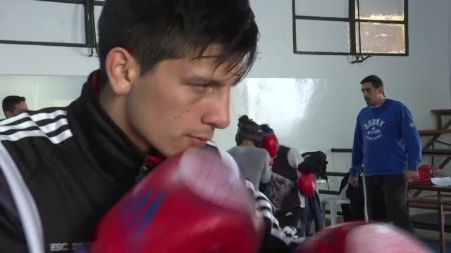 brian arregui el capitan del joven equipo argentino de boxeo perdio a su padre a los 8 anos comenzo a boxear a los 9 tuvo una hija a los 17 y ahora a... - padre stock videos & royalty-free footage