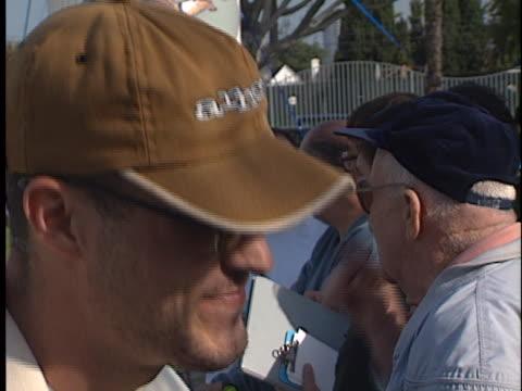 vídeos de stock e filmes b-roll de brian austin green at the lapd celeb golf tournament at rancho park west los angeles in west los angeles, ca. - autografar