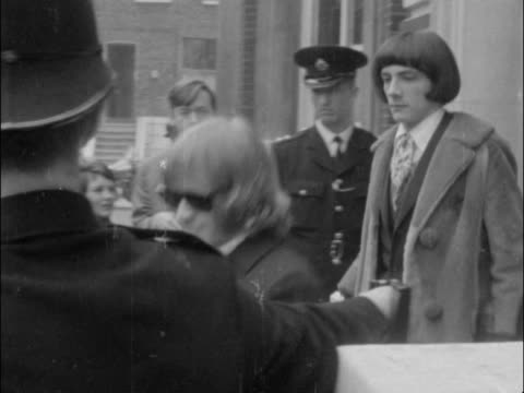 vídeos de stock e filmes b-roll de brian jones and his friend prince prince stanislas klossowski de rola leave west london magistrates court on bail / both out r-l and into car; man... - rolling stones