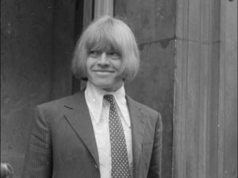 vídeos de stock e filmes b-roll de brian jones leaves his flat in lexington house, courtfield road, for court - jones poses on steps, walks to his silver rolls royce and gets in the... - rolling stones