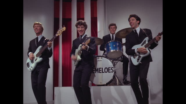 1964 - brian poole and the tremeloes perform 'do you love me' part 1 - pop music stock-videos und b-roll-filmmaterial