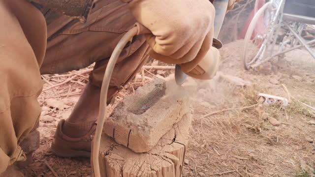ziegelschneiden - stein baumaterial stock-videos und b-roll-filmmaterial