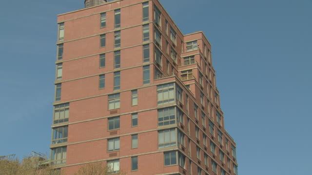 stockvideo's en b-roll-footage met zi brick loft apartment building with water tower / new york, new york, usa - opeenvolgende serie