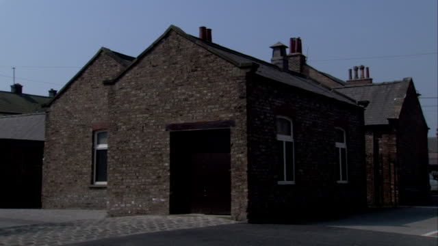 brick terraced cottages, newcastle upon tyne. available in hd. - れんが造りの家点の映像素材/bロール