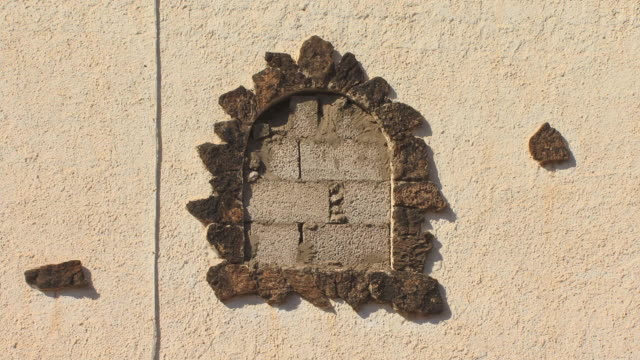 vídeos de stock e filmes b-roll de cu bricked-up doorway on side of house/ zo ws side of house/ fuerteventura, canary islands - cinza