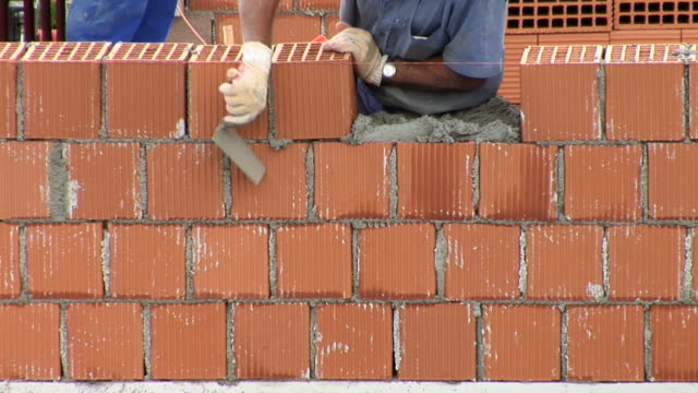 hd-zeitraffer: bricklaying - ziegel stock-videos und b-roll-filmmaterial