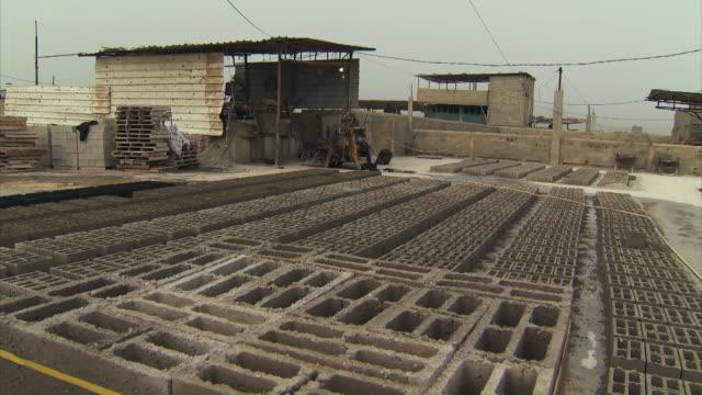 vidéos et rushes de bricks are made on a brick building site in gaza - brique