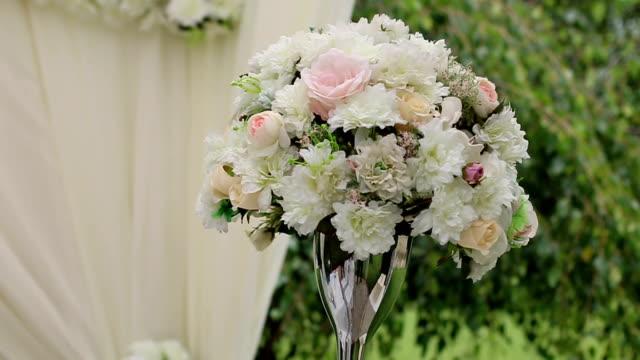 vídeos de stock e filmes b-roll de bouquet de noiva com rosas - trílio