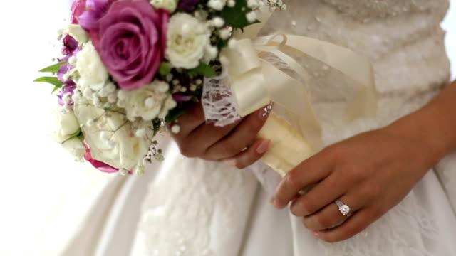 vídeos de stock, filmes e b-roll de buquê da noiva  - dama de honra
