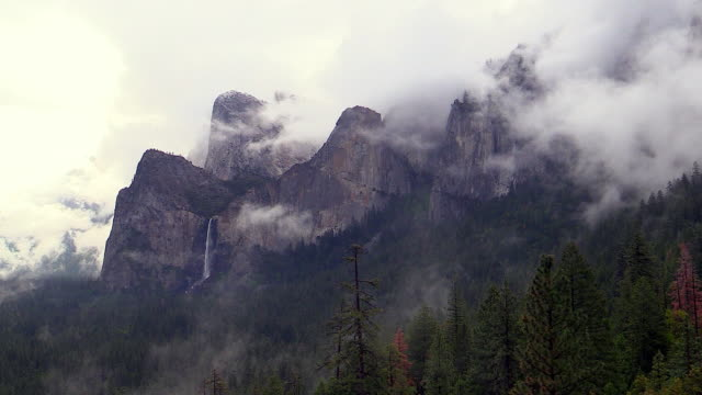 vídeos de stock, filmes e b-roll de bridalveil fall in clouds, yosemite national park, california - cachoeira bridalveil yosemite