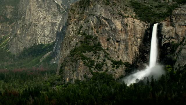 vídeos de stock, filmes e b-roll de cachoeira bridalveil yosemite national park em - cachoeira bridalveil yosemite