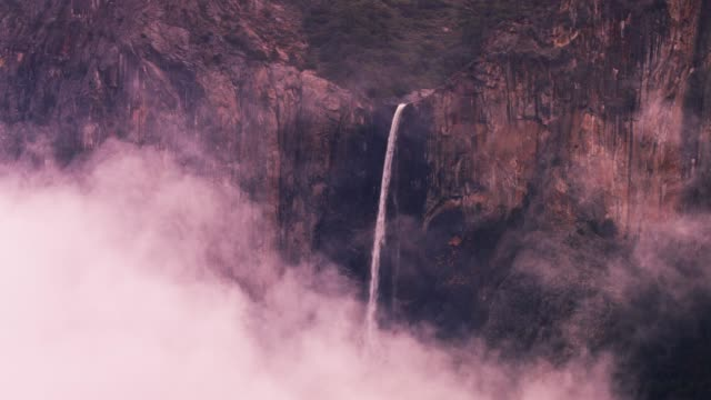 bridalveil falls, yosemite, in nebel fallen - yosemite nationalpark stock-videos und b-roll-filmmaterial