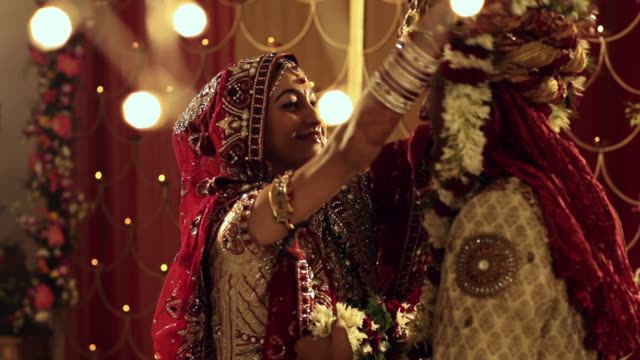 vidéos et rushes de bride and groom doing varmala in the marriage  - indien d'inde