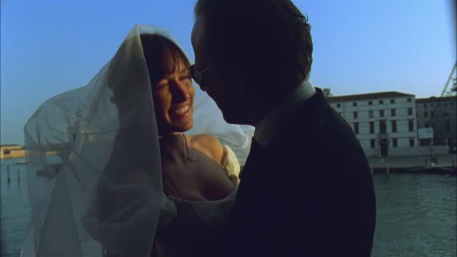 vidéos et rushes de cu, bride and groom embracing on balcony by grand canal, venice, italy - petite amie