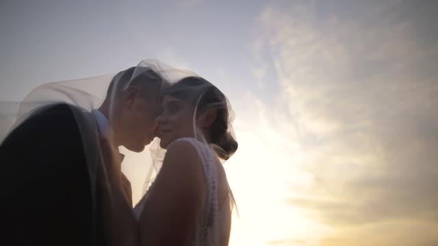 stockvideo's en b-roll-footage met bruid en bruidegom genieten in hun liefde de dag voor de bruiloft - fotografie