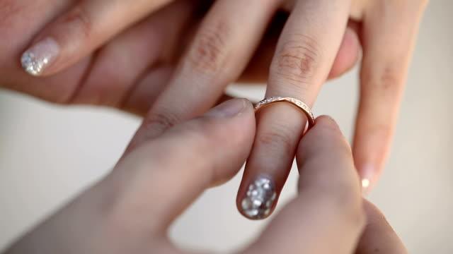 braut und bräutigam den austausch von trauringe in der hochzeitszeremonie. - menschlicher finger stock-videos und b-roll-filmmaterial