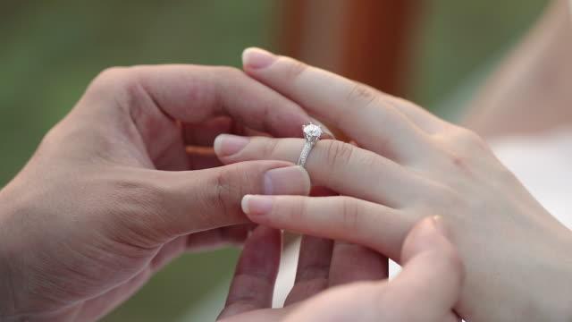 結婚式で結婚指輪を交換する新郎新婦。 - 結婚指輪点の映像素材/bロール