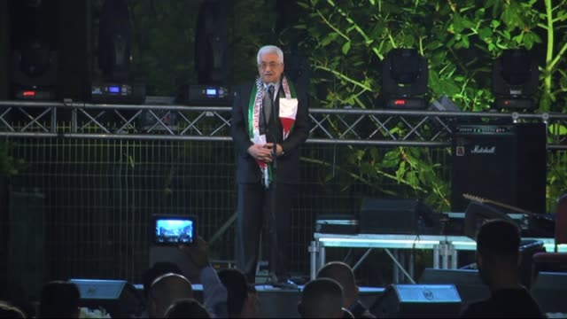 vídeos de stock, filmes e b-roll de 462 bride and groom get married during mass wedding ceremony and palestinian president mahmoud abbas gives a speech during the ceremony in eriha west... - papel em casamento