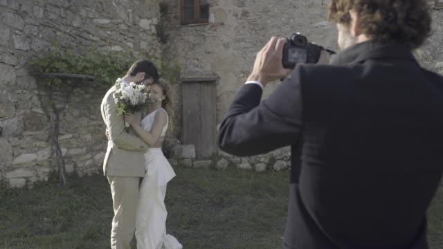 vidéos et rushes de bride and groom having photos taken - invité de mariage