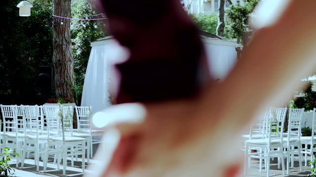 braut und bräutigam hand in hand und hinunter hochzeit bogen - footpath stock-videos und b-roll-filmmaterial