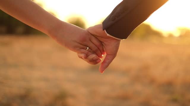 vidéos et rushes de mariée et marié retenant des mains - moyen oriental