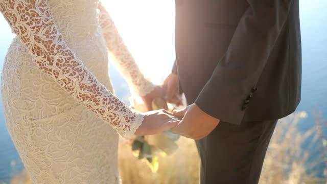 vídeos de stock, filmes e b-roll de noiva e noivo segurando - noivo papel em casamento